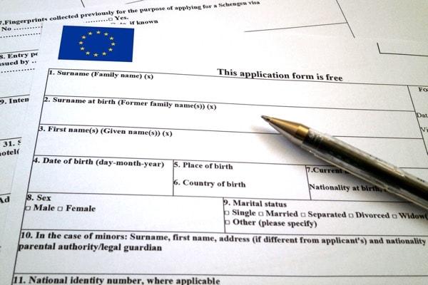 Điền đơn xin Visa châu Âu Schengen. Image credit: www.findyello.com